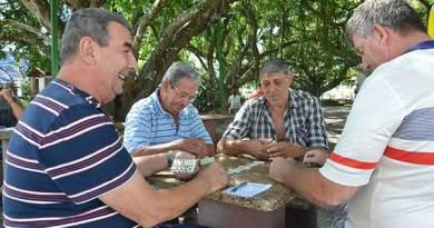 Fundação Cultural de Camboriú promove torneio de dominó na Praça das Figueiras