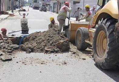 Obras da rede coletora de esgoto continuam em bairros de Balneário Camboriú