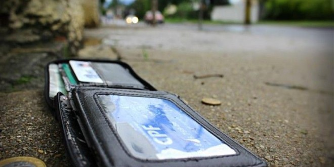 """Homem foge sem pagar conta em """"zona"""" e perde a carteira na fuga"""