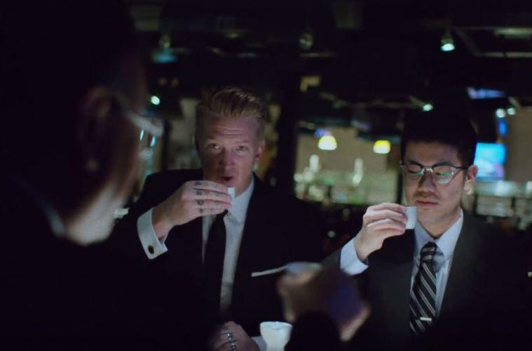 Quand Josh Homme fait une réunion, ça ressemble à ça. C'est pas toujours du saké mais dans l'esprit c'est ça.