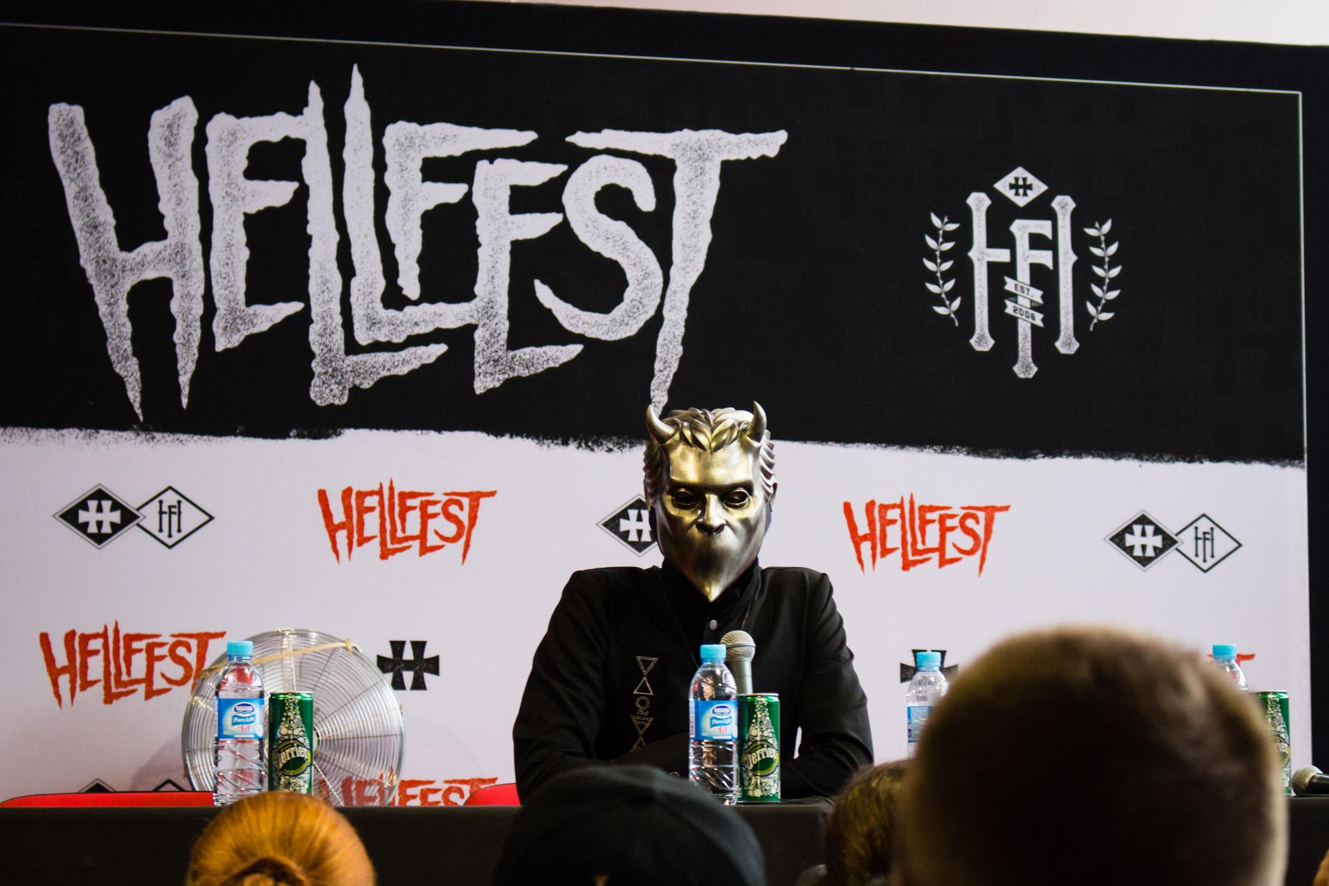 Une nameless Ghoul en conférence de presse