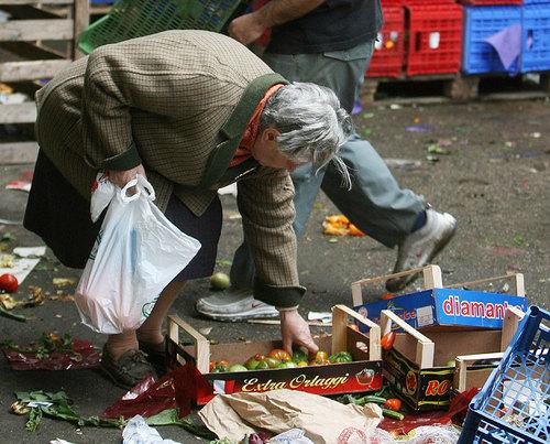 Risultati immagini per italiani alla caritas