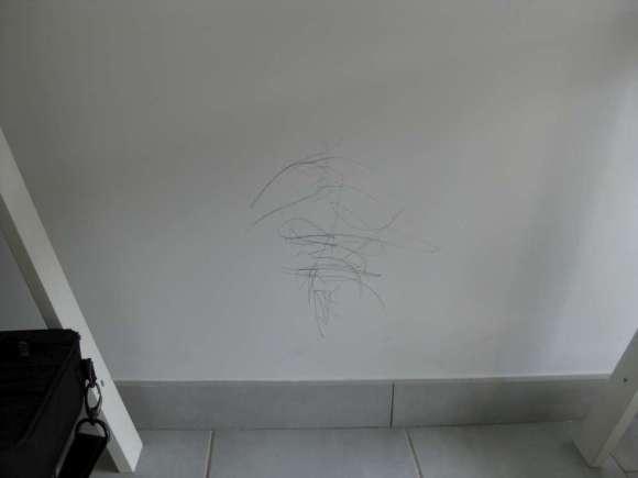 graffito scrivania muro