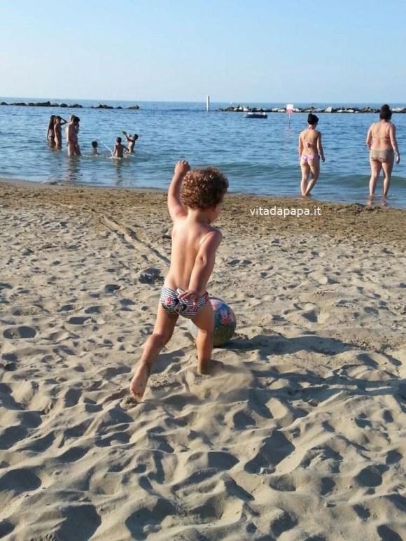 bimbo pallone spiaggia