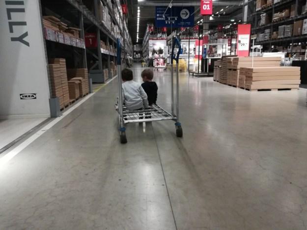 Ikea corsa tra gli scaffali