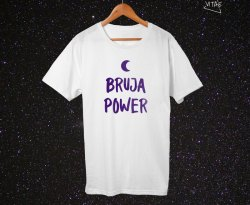 Camiseta Bruja Power blanca-morado