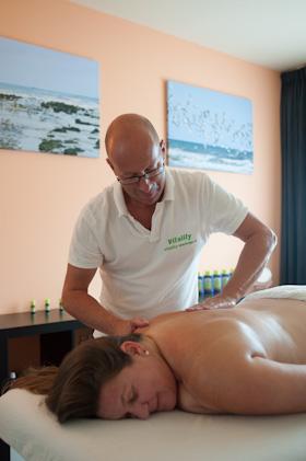 Masseur geeft klassieke massage aan cliënt voor ontspanning