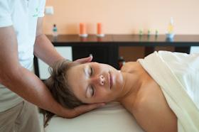 vitaliserende werking massage toont zich door ontspannen gezichtsuitdrukking