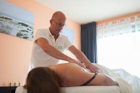 masseur masseert rug van vrouw