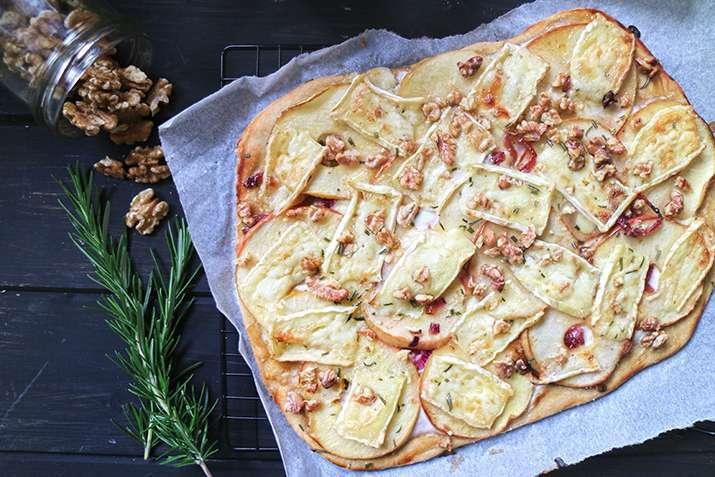 pizza di mele con le cipolle caramellate e brie