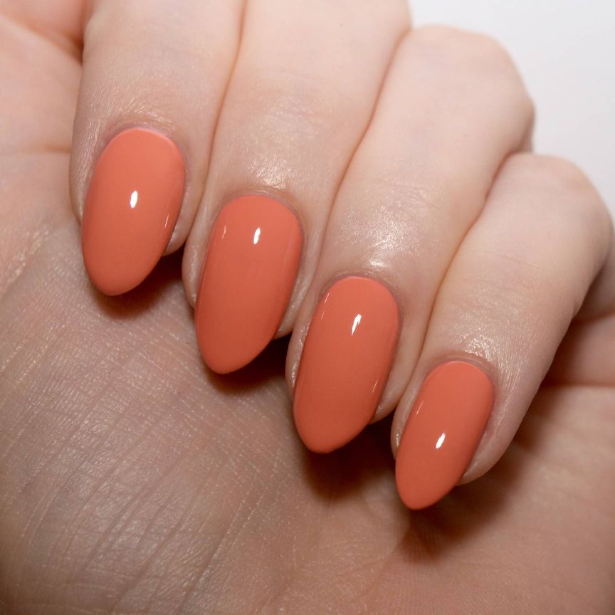 smalto arancione unghie a mandorla