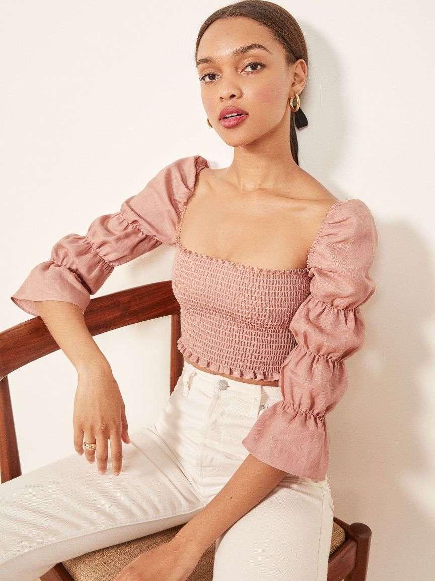 Scollo quadrato su blusa rosa
