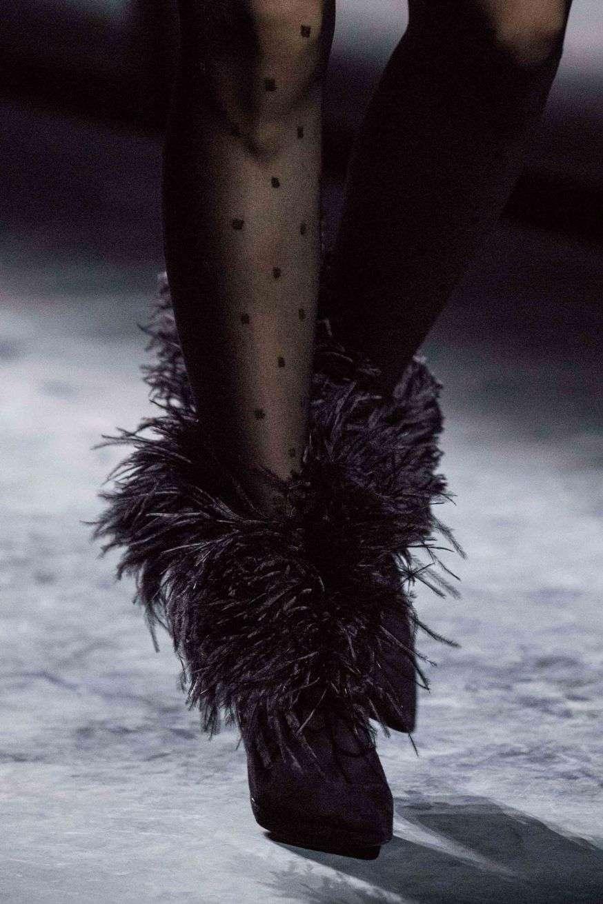 scarpe con bordura di piume