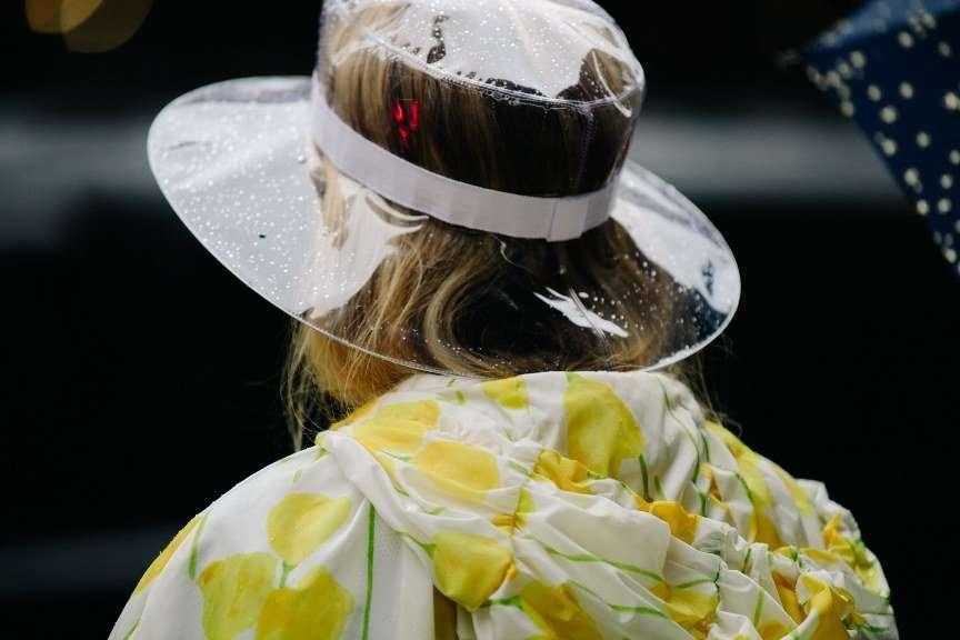 cappello impermeabile trasparente