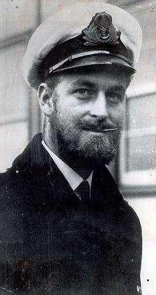 principe filippo con barba e baffi