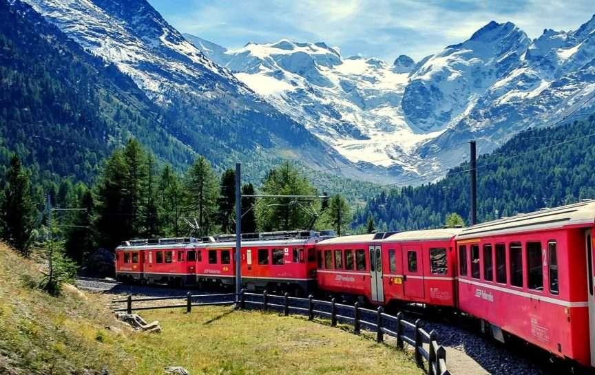 Il Treno rosso tra le montagne in autunno