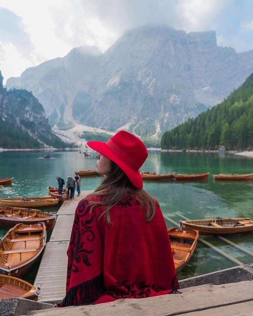 ragazza con cappello roso fato a mano