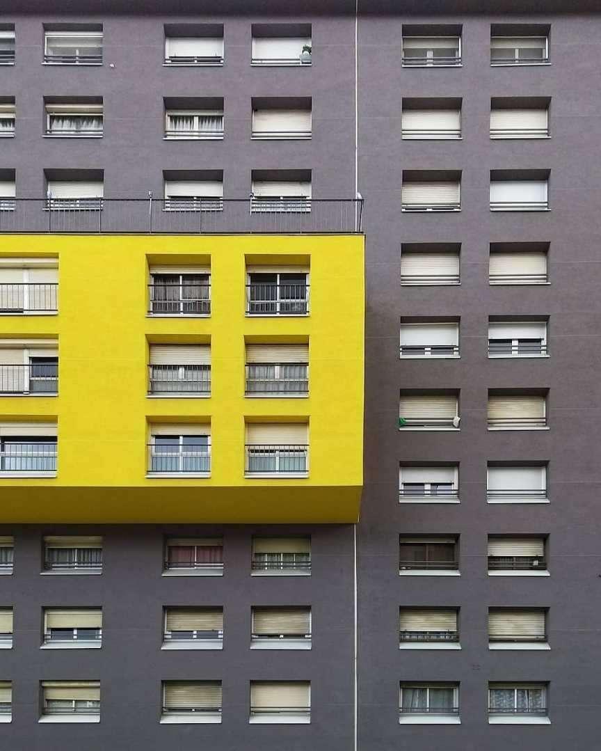 barcellona edificio giallo e grigio