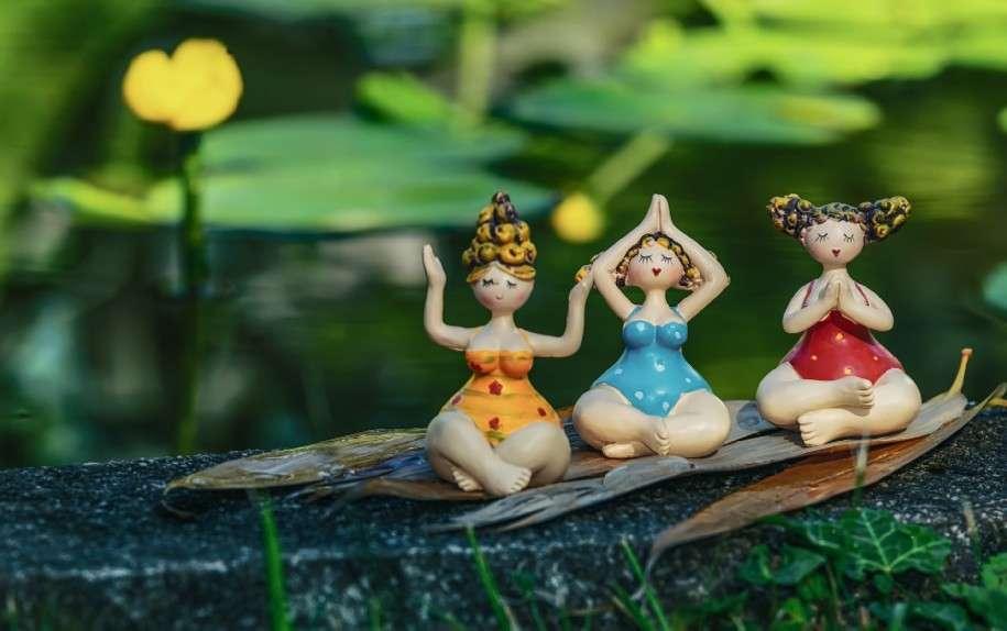 bamboline in posizioni yoga