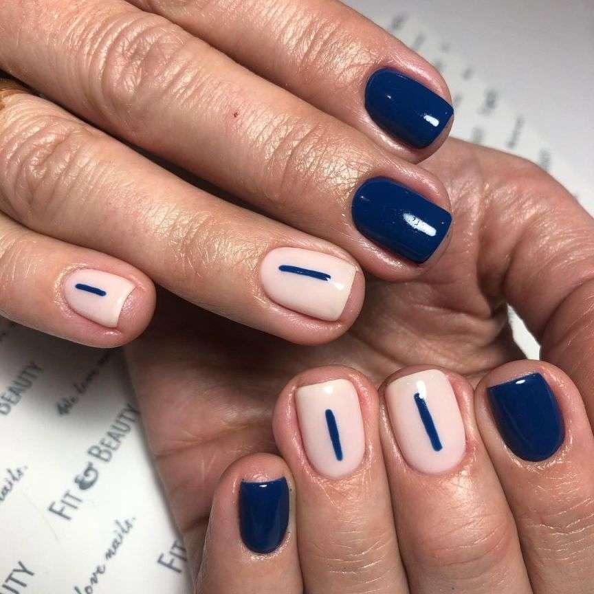 nail art con smalto blu