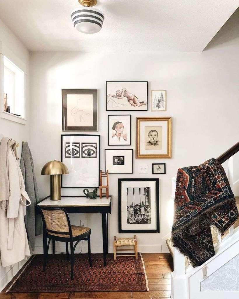 scrivania con muro decorato
