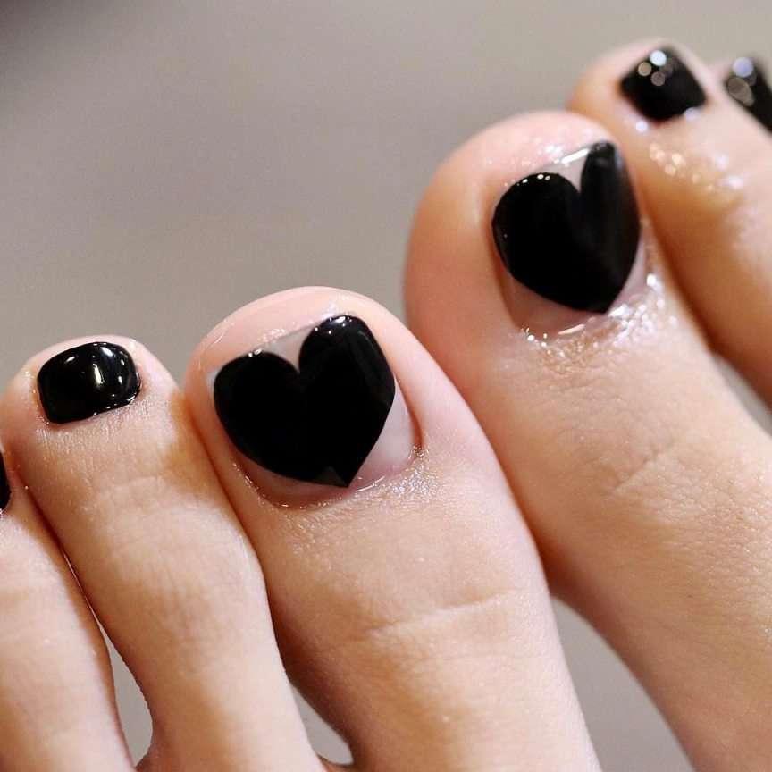 unghie dei piedi con i cuori neri