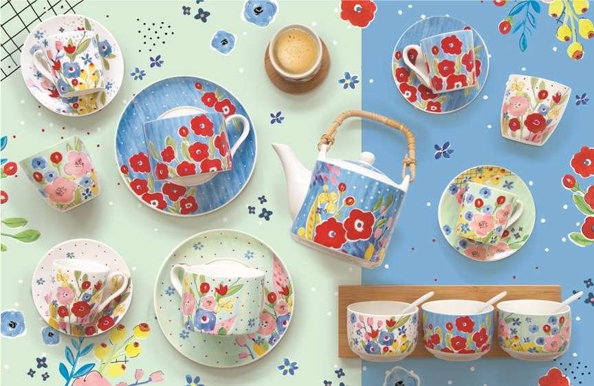 tazze e piattini con papaveri e fiori