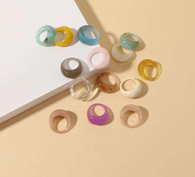 anelli colorati di plastica