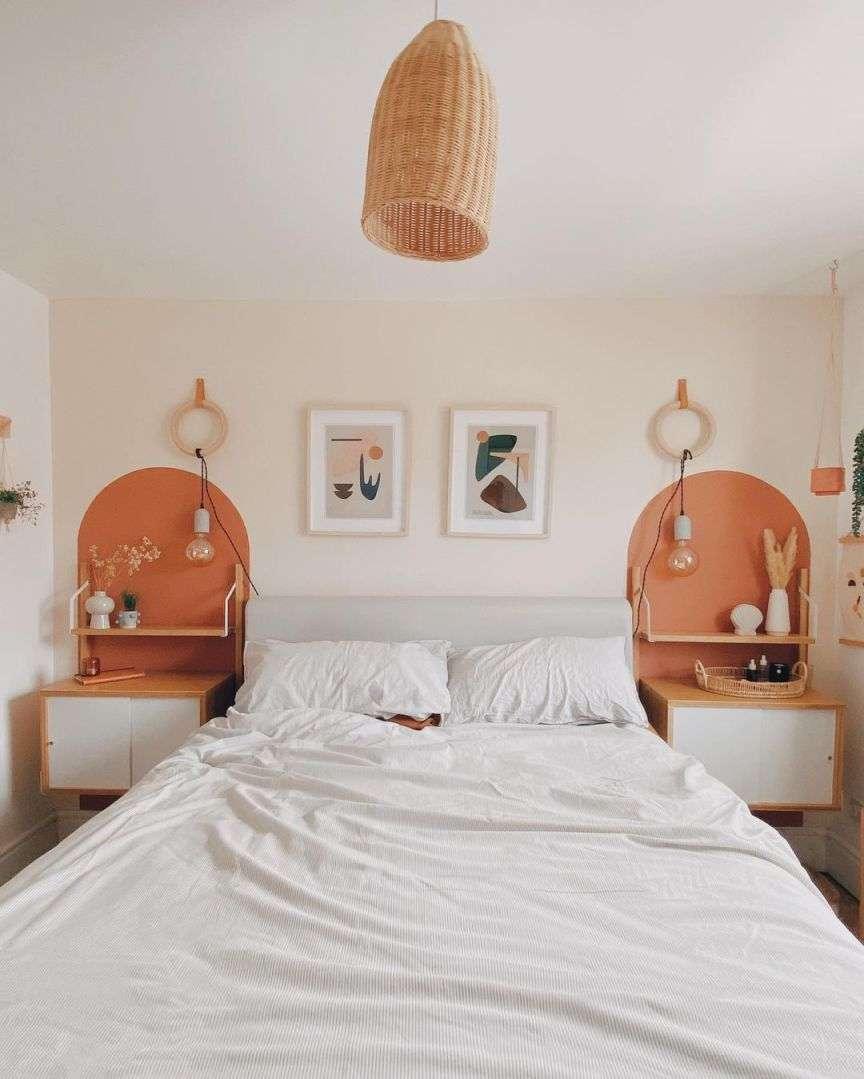 camera da letto con muro colorato