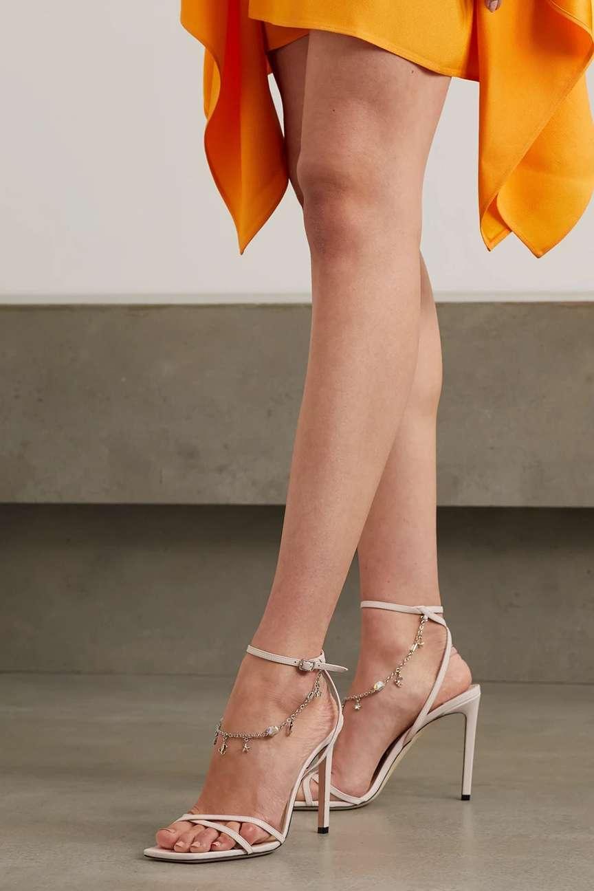 piedi curati con saldali alti