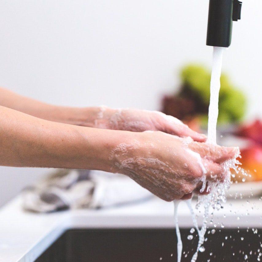 persona che si lava le mani in modo compulsivo