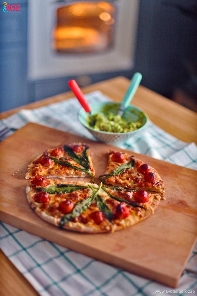 Pizza quattro formaggi cu rosii, leurda si sos de avocado