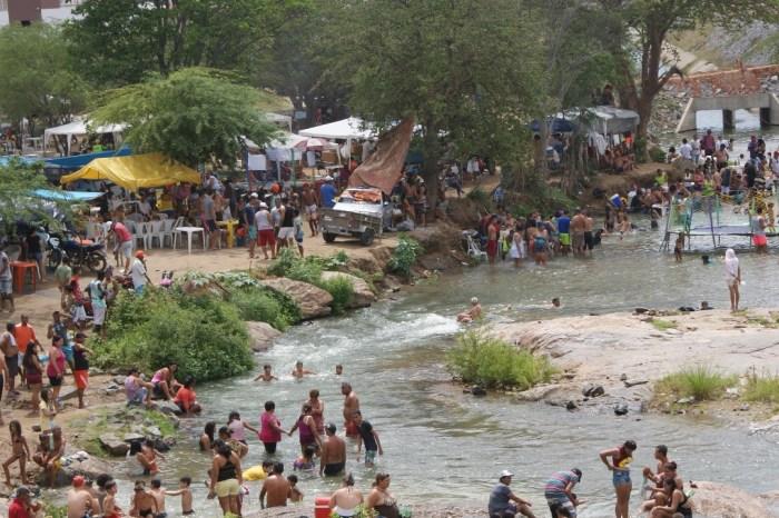 Desemboque das águas do Rio São Francisco se transforma em balneário na cidade de Monteiro