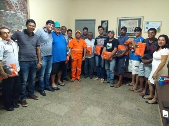 Prefeitura de Cabaceiras entrega fardamentos e realiza reunião para definição de plano de trabalho