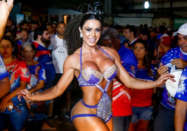 Gracyanne Barbosa abusa da transparência em ensaio carnavalesco
