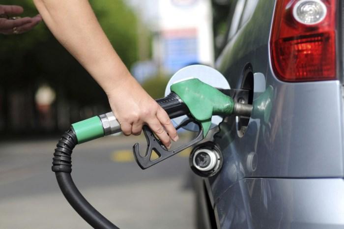 Preço da gasolina nos postos tem 1ª redução em 14 semanas de aumento