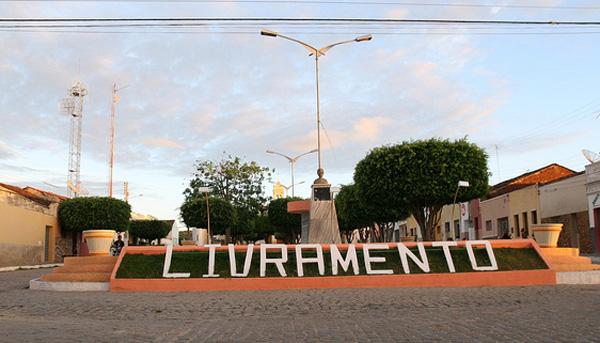 Livramento tem tradicional São João aberto na noite com show de Zé Cantor