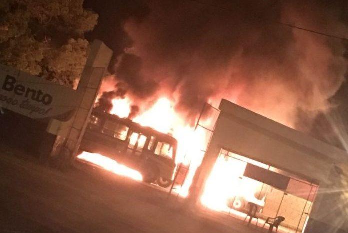Incêndio em garagem da prefeitura da PB queima cinco ônibus escolares