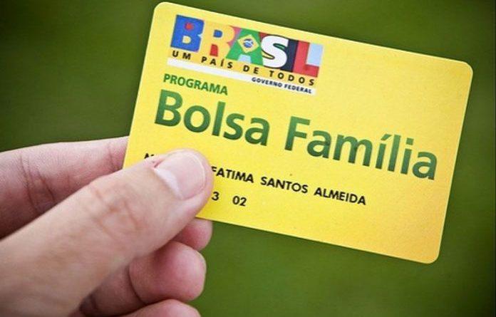 Beneficiária do Bolsa Família em São José dos Cordeiros entrega cartão do benefício