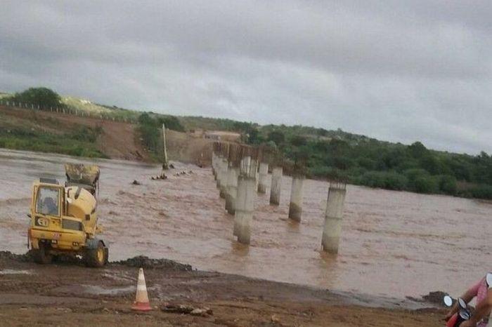 Ricardo comemora cheia de rio no Cariri e registra maior obra rodoviária de seu governo