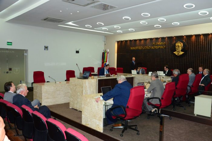 TCE aprova contas de prefeituras e câmaras, e imputa débito a ex-gestor