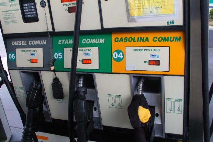 Petrobras reduz dois centavos o preço da gasolina nas refinarias