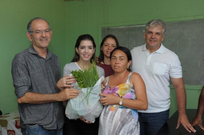 Prefeita de Monteiro visita comunidades rurais para ouvir pleitos dos moradores e distribui chocolates