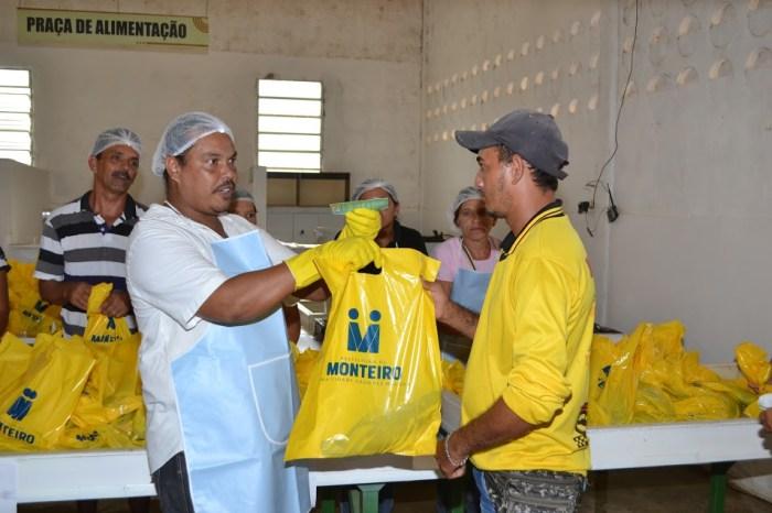Prefeitura distribui peixes e chocolates com população de Monteiro nesta quarta