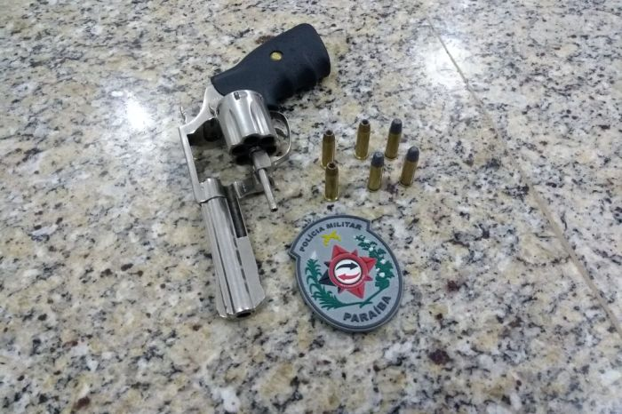 Polícia prende homem e aprende arma e aves durante operação no Cariri
