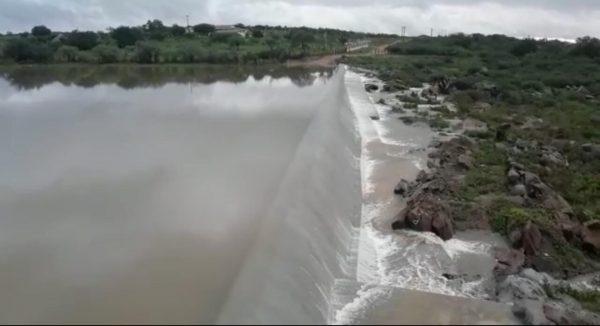 Açude Manoel Marcionilo transborda após fortes chuvas em Taperoá