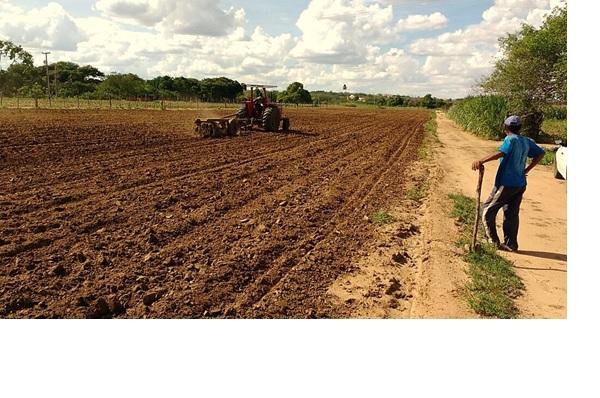 Prefeitura de Sumé atende 800 agricultores com programa de aração de terra