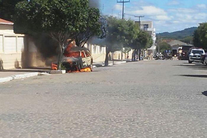 EXCLUSIVO: Carro é incendiado no centro de Monteiro; polícia investiga