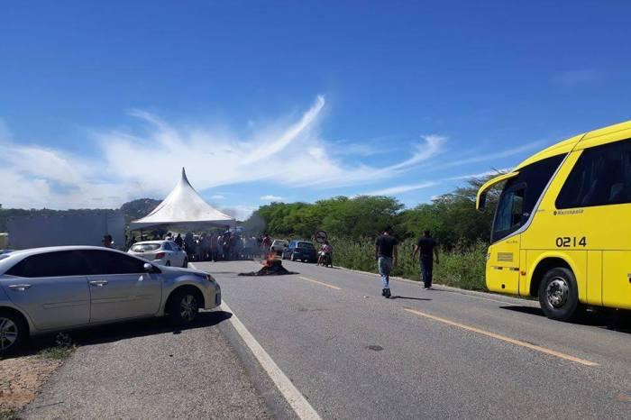 Protesto em Sumé proíbe a passagem de ônibus e prejudica população da região