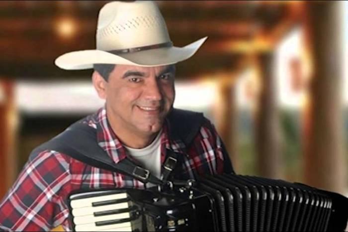 Após meses afastado, Tom Oliveira retorna aos palcos